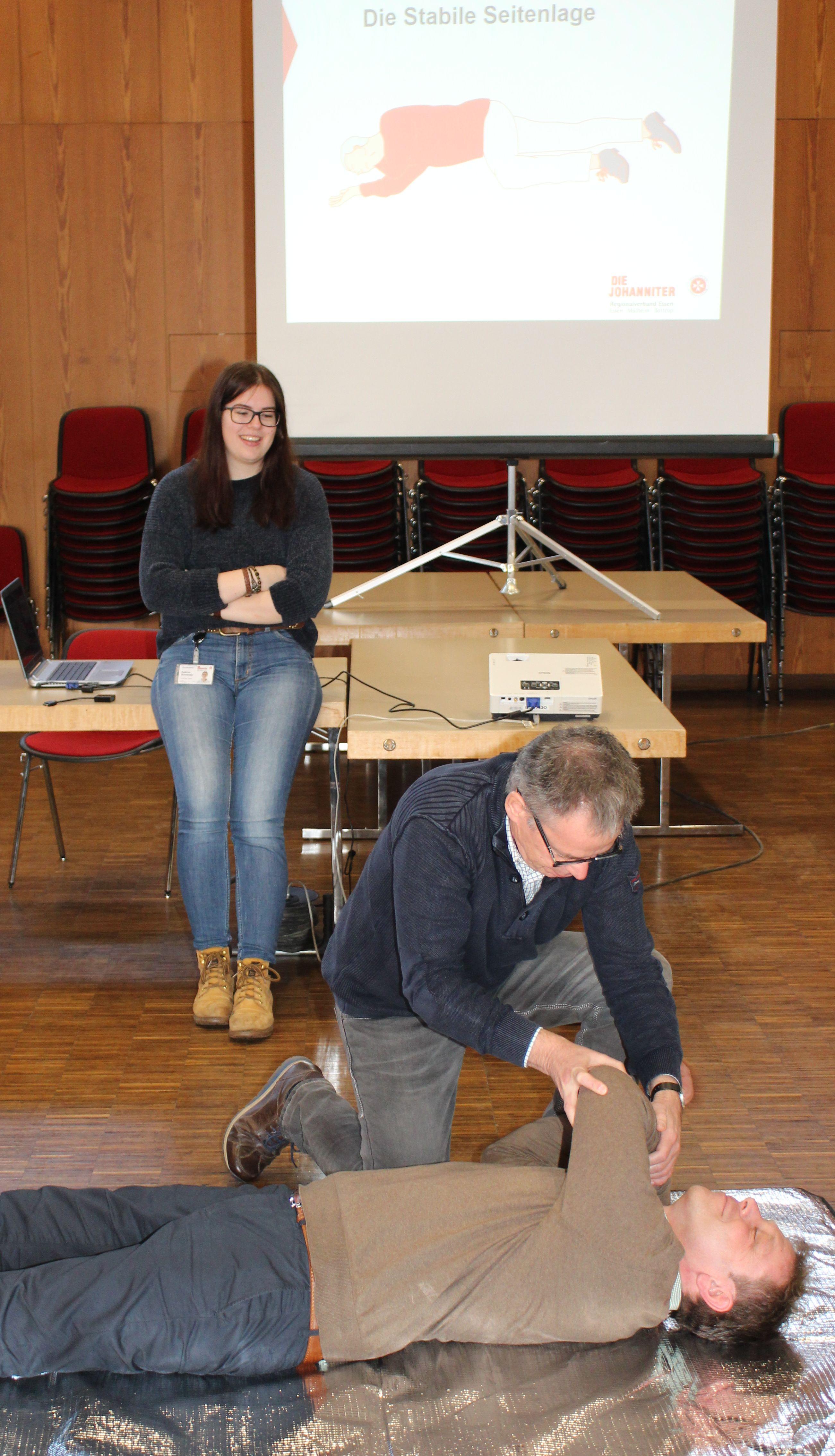 Mitarbeiter/-innen In Erster Hilfe Und Am Defibrillator Geschult