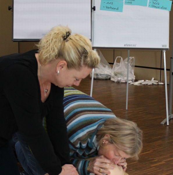 Kolping-Berufsbildungswerk Essen Schulte Mitarbeiter/-innen In Erster Hilfe Und Am Defibrillator